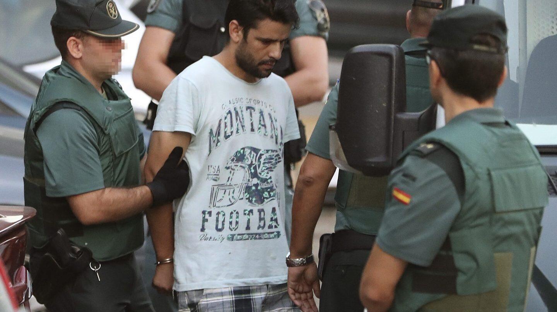 Salah El Karib, uno de los cuatro detenidos en relación con el doble atentado yihadista de Cataluña, en su traslado hacia la Audiencia Nacional.