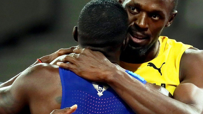 Usain Bolt abraza a Justin Gatlin, campeón mundial tras la final de los 100 metros lisos.