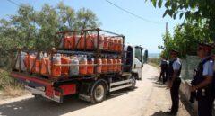 Un camión retira parte de las más de 100 bombonas halladas en Ripoll.