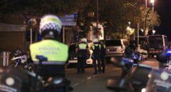 Policías montan guardia en Cambrils.