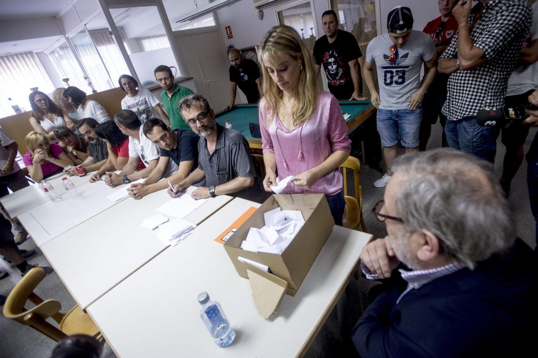 Los miembros del comité de huelga de Eulen realizan el recuento de votos tras la asamblea de este domingo.