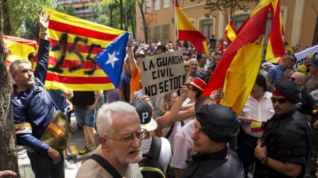 Manifestación de miembros de la CUP ante el cuartel de la Guardia Civil de Barcelona.
