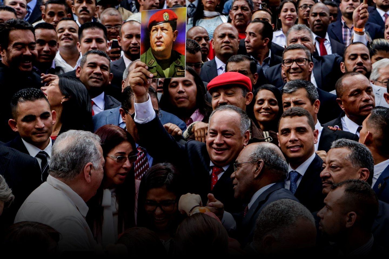 Diosado Cabello levanta una foto de Hugo Chávez durante la instalación de la nueva Asamblea Constituyente.