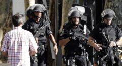 Policías patrullan la zona de La Rambla momentos después del atentado terrorista que se cobró la vida de 13 personas.