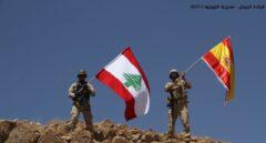 El ejército libanés ondea una bandera española en la montaña de Al Moujairma, cerca de Ras Baalbeck.