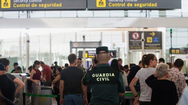 Un guardia civil en el aeropuerto de El Prat, Barcelona.