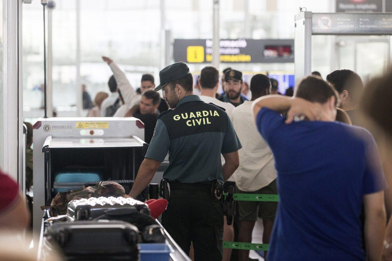 Agentes de la Guardia Civil realizando los controles de seguridad en el aeropuerto de El Prat.
