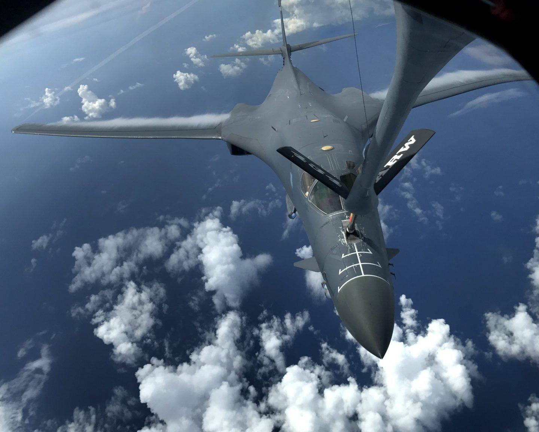 B-1B Lancer de la Fuerza Aérea en una misión de vuelo de 10 horas cerca de Kyushu (Japón), al este del Mar de China y la península de Corea el 8 de agosto de 2017.
