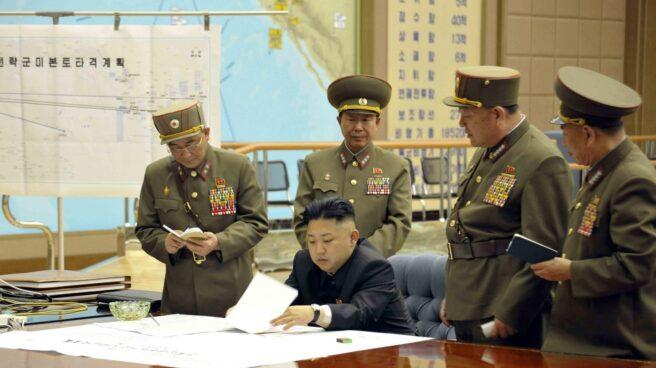 Kim Jong-Un, líder supremo de Corea del Norte, reunido durante un gabinete de crisis.