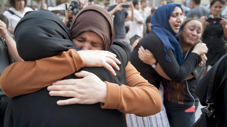 Familiares de los jóvenes de Ripoll presuntos autores de los atentados de Barcelona durante una concentración por la paz.