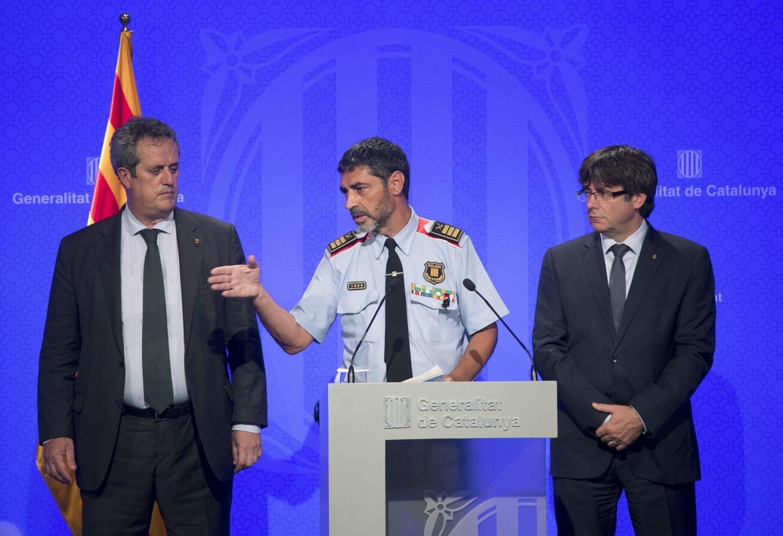 El presidente catalán, Carles Puigdemont (d), junto al conseller de Interior, Joaquim Forn (i), y el mayor de los Mossos d'Esquadra, Josep Lluís Trapero.