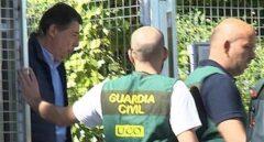 Agentes de la UCO acompañan a Ignacio González el día que éste fue detenido en el marco de la 'Operación Lezo'.