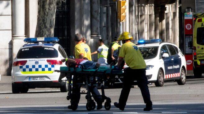 Un herido es trasladado en camilla tras el atropello masivo en Las Ramblas, Barcelona.