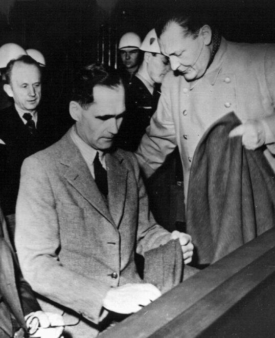 Fotografía de archivo de 1946 que muestra a Rudolf Hess, lugarteniente de Adolf Hitler, durante los Juicios de Nuremberg.