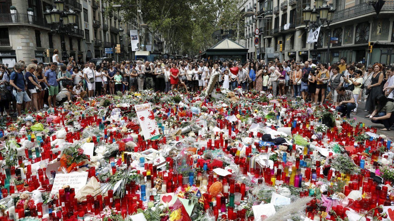 Velas y ramos de flores en recuerdo de las víctimas del atentado de las Ramblas de Barcelona.