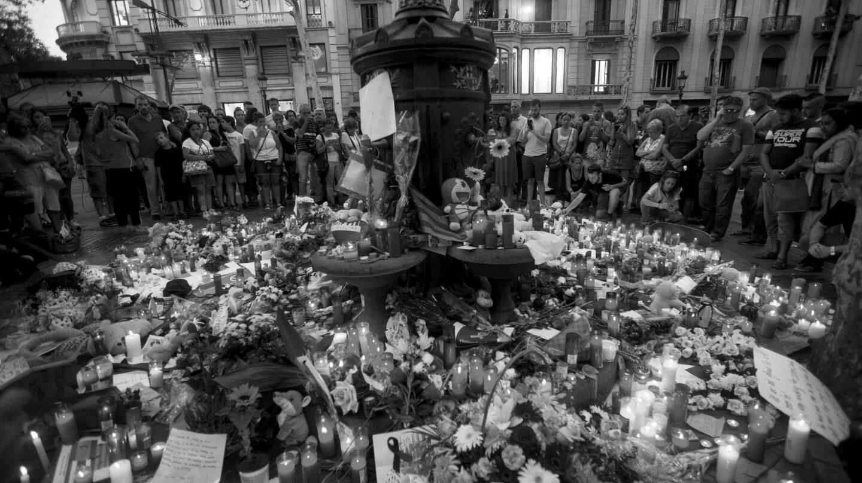 Flores y velas en homenaje a las víctimas del atentado terrorista en el mosaico de Miró en las Ramblas de Barcelona.