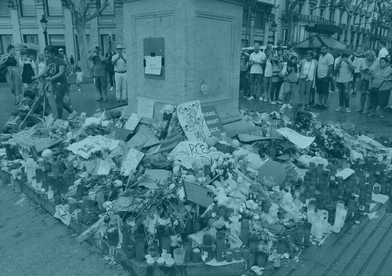 Flores y velas en recuerdo de las víctimas del atentado de La Rambla.