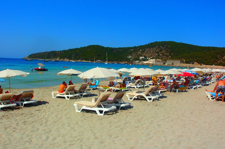 Turistas en una playa de Ibiza.