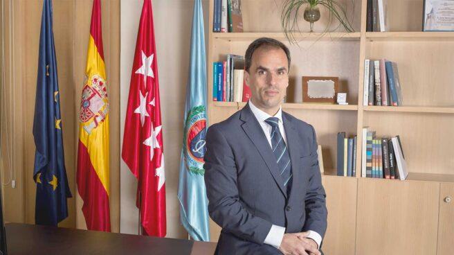 La Universidad Rey Juan Carlos, que tiene como rector a Javier Ramos, está dispuesta a gastar 6.361 euros al mes para disponer de un servicio de vehículo con conductor