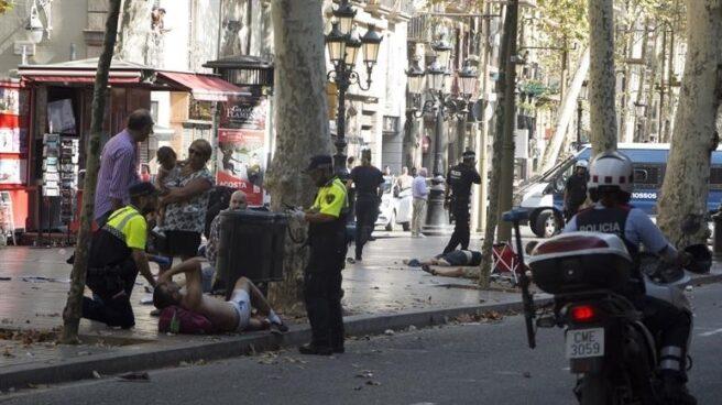Efectivos policiales atienden a heridos por el atropello de Las Ramblas, en Barcelona.
