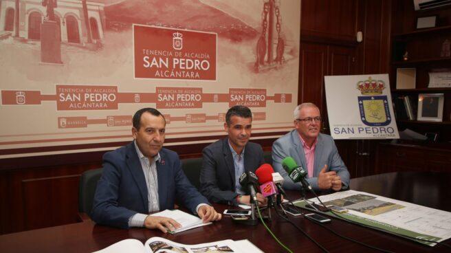 El actual alcalde de Marbella, José Bernal, en el centro de la imagen, que dejará hoy de serlo tras la moción de censura.