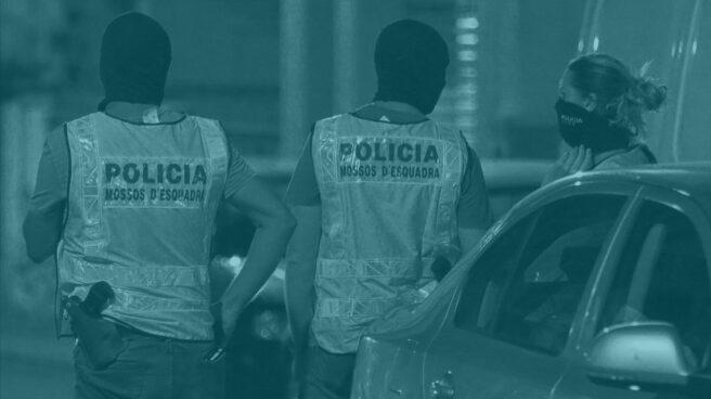 Una pareja de mossos, durante las investigaciones.