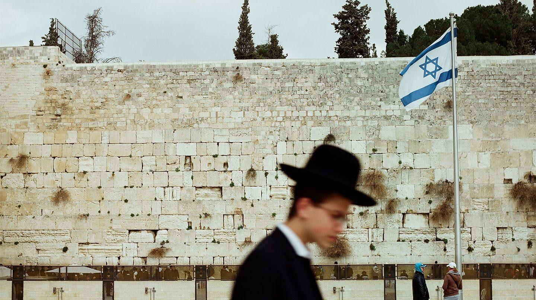 Un judío ortodoxo en el Muro de las Lamentaciones