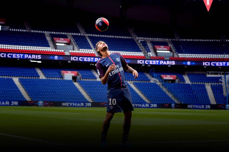 El delantero brasileño Neymar realiza unos toques con el balón durante su presentación como nuevo jugador del equipo francés París Saint-Germain.