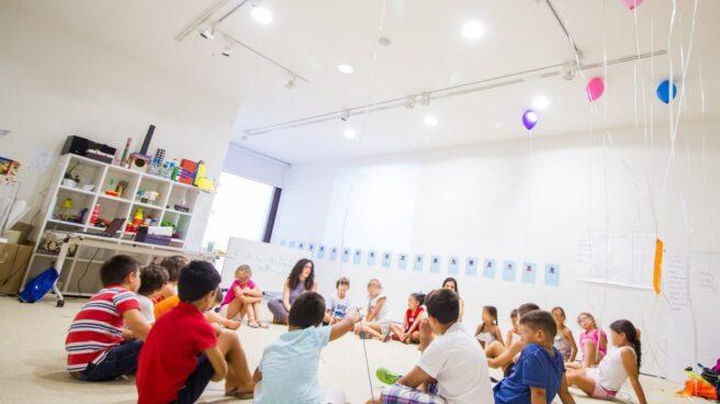 Niños y niñas en el transcurso de una actividad infantil.