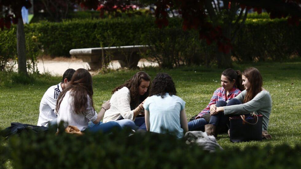 Alrededor de un 20% de los jóvenes españoles ni estudia ni trabaja.