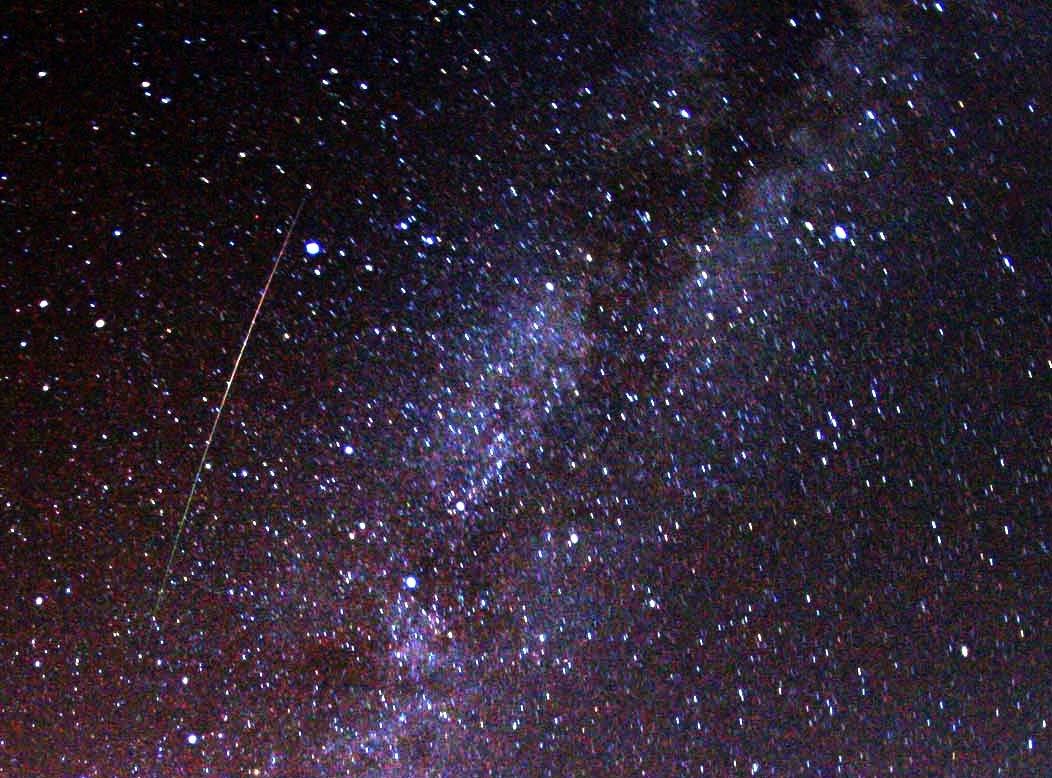 Perseida con la Vía Láctea al fondo