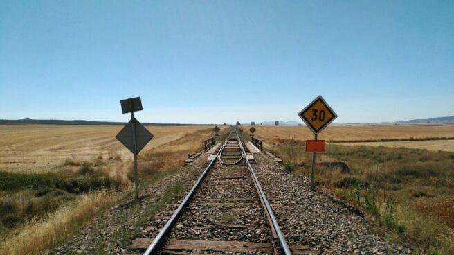Situación del tendido ferroviario al sur de Extremadura, con las traviesas de madera en pésimo estado.