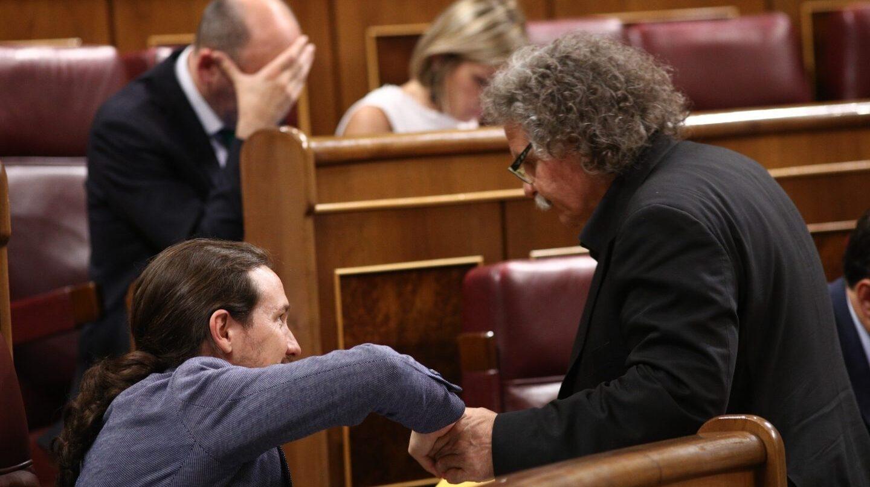 Pablo Iglesias (Podemos) y Joan Tardá (ERC) se saludan en el Congreso de los Diputados.