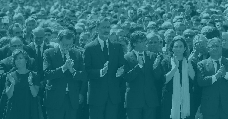 El rey Felipe VI, acompañado por la vicepresidenta del Gobierno, Soraya Sáenz de Santamaría (i); el presidente del Gobierno, Mariano Rajoy (2i); el presidente de la Generalitat, Carles Puigdemont (3d); la alcaldesa de Barcelona, Ada Colau (2d), y el ministro de Interior, Juan Ignacio Zoido.