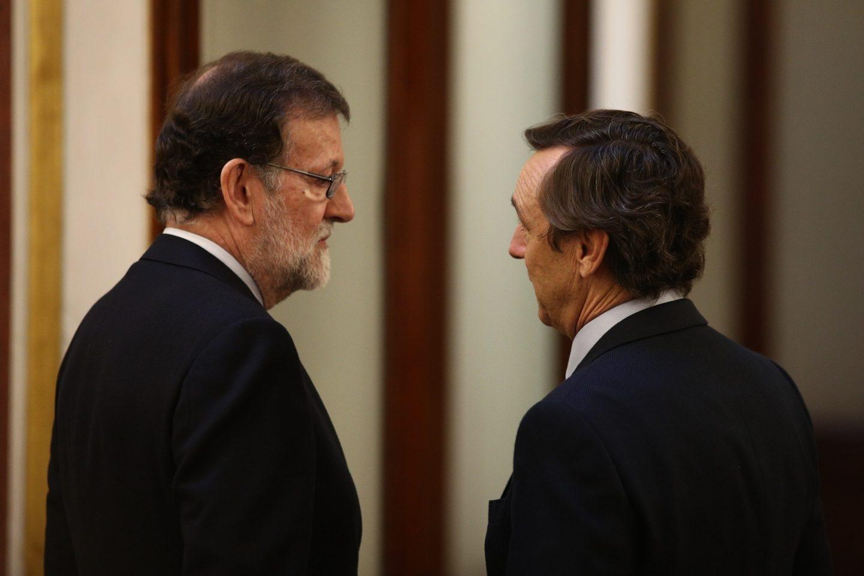 Mariano Rajoy conversa con Rafael Hernando.
