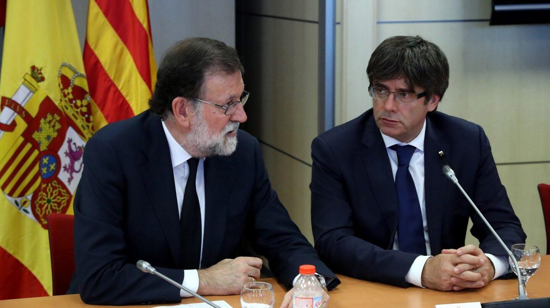 El presidente de Gobierno Mariano Rajoy y el president de la Generalitat, Carles Puigdemont, tras los atentados yihadistas de este verano.