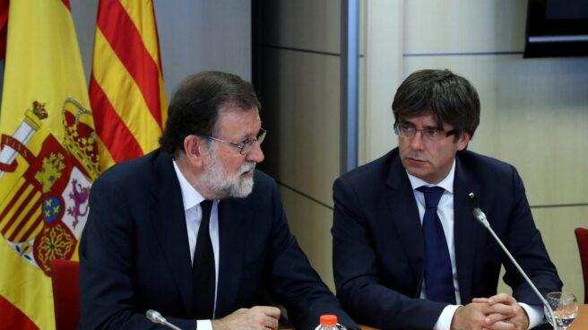 El presidente del Gobierno, Mariano Rajoy, y el de la Generalitat de Cataluña, Carles Puigdemont, tras los atentados de Barcelona.
