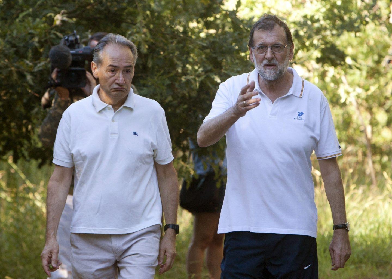 Mariano Rajoy acompañado por el presidente de la Autoridad Portuaria de Marín, José Benito Suárez, durante su paseo por las orillas del río Umia.