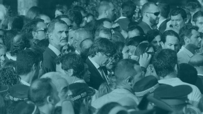 El rey Felipe VI y Puigdemont en la manifestación del 26-A en Barcelona.