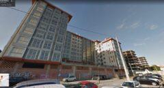 Bloque de viviendas sin terminar en A Coruña: al lado, otro perteneciente a Sareb solo con la estructura.