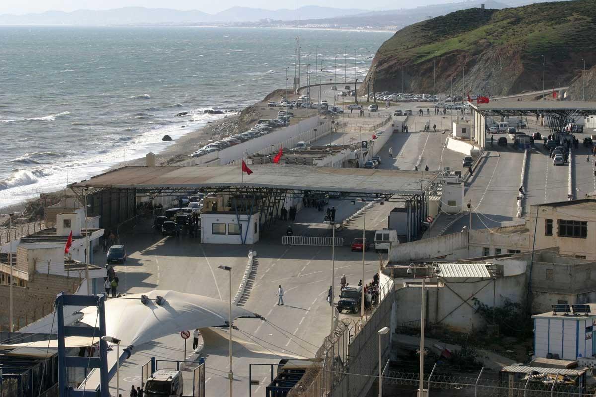 Más de 200 inmigrantes cruzan a la carrera la frontera de Ceuta.