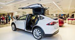 Un coche de Tesla en la tienda de El Corte Inglés de Marbella.