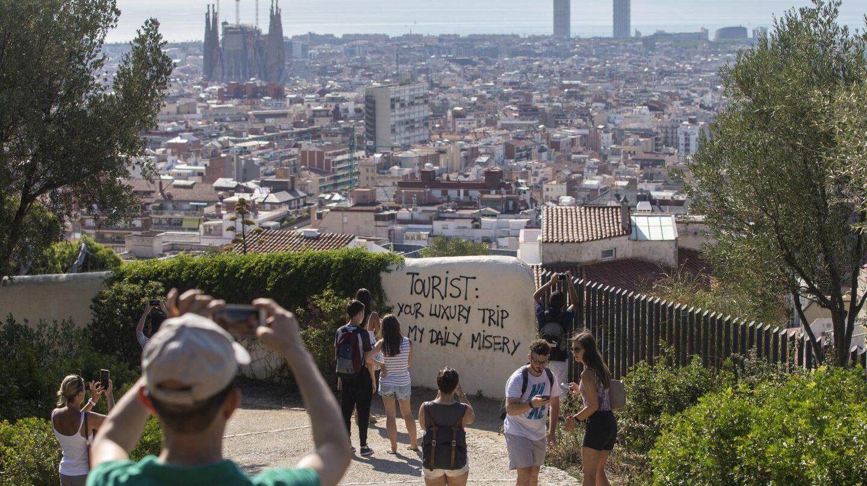 Pintada contra el turismo en el Parque Güell de Barcelona.