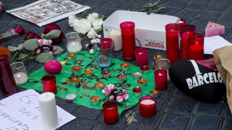 Velas, flores y mensajes en recuerdo de las víctimas del atentado,