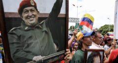 Manifestantes pro gubernamentales portan retratos de Hugo Chávez frente a la Asamblea Constituyente.