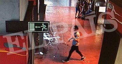 El terrorista Yunes Abouyaaqoub, huyendo a pie por el mercado de La Boquería.