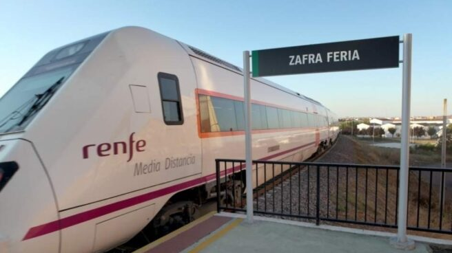 Apeadero de Zafra Feria (Badajoz, Extremadura), con un tren de Renfe de Media Distancia.