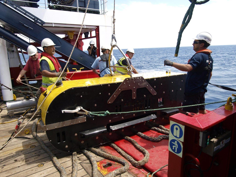 Equipo de DT1: vehículo remolcado a profundidad que lleva un sonar de barrido lateral y un perfilador de fondos (Archivo Museo Nacional de Arqueología Subacuática).