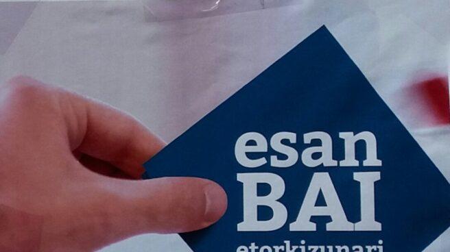 Uno de los carteles promovidos por EH Bildu en los que se insta a comprar esteladas en una 'Herriko Taberna'.