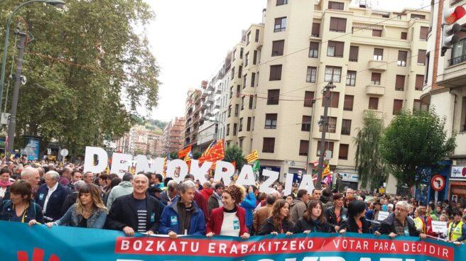 Decenas de miles de personas al inicio de la manifestacion en favor del referéndum celebrada en Bilbao.